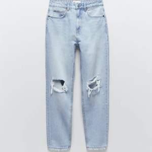 Mom jeans från zara, köpta i sensomrars men väldigt sparsamt använda pga. att de blev förstora! Nypris 399kr. Obs! Jag är 157 lång och därav att jeansen går ned till foten på mig, om man är längre sitter de över ankeln!💕 betalning sker via swish