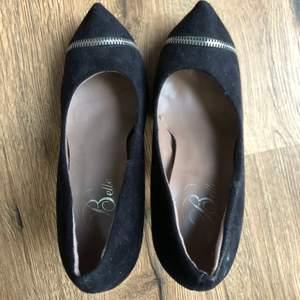Svarta heels/ klackskor✨ Minns inte vart jag köpte dom, står dock Belle inuti🤷♀️ Storlek 36✨ 50kr + frakt Köparen står för frakten💞