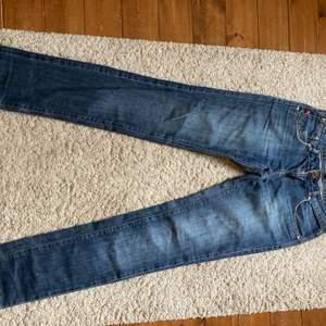 lågmidjade raka jeans ifrpn gina tricot! gammal modell!💗💗 har inga bilder på då de är förstora för mig som är en XS! längden är dock bra (lite långa) på mig som är 165 och har en innerbenslängd på 75cm💗💗💗