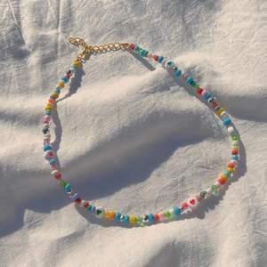 Handgjort pärlhalsband med blandade pärlor☺️ Nu när våren närmar sig passar färgglada smycken perfekt💛💜💙  LOVIS halsband🤩 Endast 75kr Frakt på 12kr tillkommer❤️ På andra bilden bär jag halsbandet på minsta storleken☺️