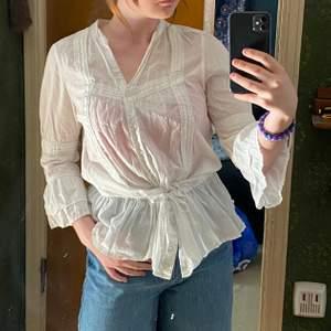 En jätte gulligt blus som ger mig lite midsommar vibes🤍✨ super gullig med knytning vid midjan💕 frakt betalas av köparen📦