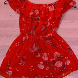Röd blommig byxdress från h&m använd ca 5gånger. Nyskick. Strlk 36.