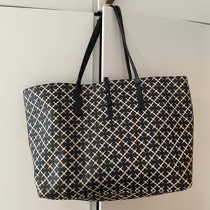 Abi printed tote bag från By Malene Birger. Nypris 2599 kr. Har ej kvar dustbag. Väskan har slitningar på handtagen, annars i fint skick. Säljer för 600 kr.