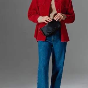 Ny jacka från zara, endast använd 1 gång men säljs då det inte riktigt är min stil. Skulle säga att den är lite oversized.