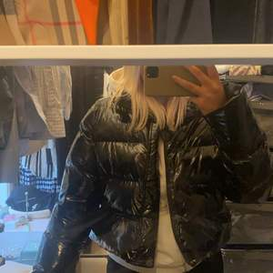 Säljer min jätte snygga lack jacka. Den är nästan helt oanvänd och är så snygg på och passar till alla outfits!