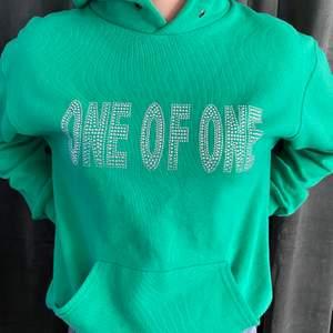 Intressekoll på min one of one hoodie. Väldigt bra skick, alla pärlor är kvar och använd bara ett antal gånger. Den är ovanlig o svårt att få tag i eftersom de är limited edition. Köpt för 1000kr i deras pop up store. Hör av er om ni har några frågor, säljer endast vid bra bud.