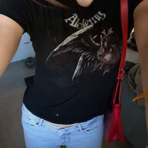 Supercool T-shirt med punk/rock print köpt secondhand❤️ skitsnyggt till ett par baggy jeans!