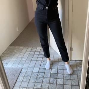 """Svarta jeans (inte helt svart utan lite """"tvättad"""" svart) o strlk 36. Säljer då jag har likadana i en annan storlek som passar bättre 💕"""