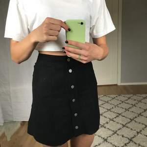 Säljer denna snygga kjol ifrån Hm använd typ två gånger Max så i fint skick! Den är i mocka, men FEJK mocka såklart! Perfekt att styla höstoutfits med:)