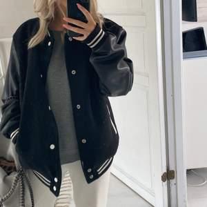 Säljer min älskade jacka från BERSHKA!! knappt använd. Jackan är i storlek M, men sitter perfekt på mig som brukar ha XS/S. 👊🏽 FRAKREN TILLKOMMER. Köp direkt för 800!