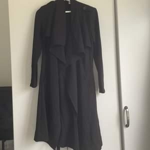 En svart kappa från object, aldrig använd och inköpt för 699