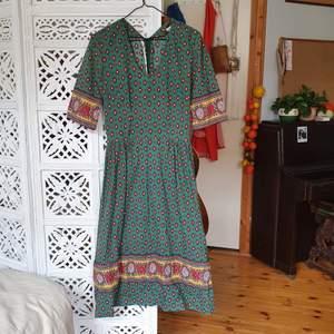 jättefin klänning i stabilt bomull, svensk vintagedesign! stabil dragkedja bak, figursydd i mijan, midilängd! kommer även med ett matchande bälte🌻