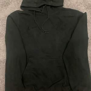 En svart AIK hoodie ifrån AIKs shop köpte för ca 2 år sen men kommer inte till användning, storlek M men skulle säga att den sitter mer som en S. Köpte för kanske runt 400kr