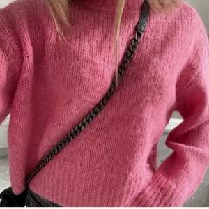 Säljer denna rosa stickade alpacka tröja ifårn hm! Köp direkt 550+frakten.bilderna är lånade skriv bara ifall ni vill ha egna