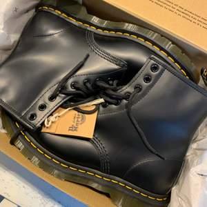 Dr. Martens använda en gång så de är som helt nya! Perfekta skor nu till höst och vinter🧡💛  storlek 40, frakt tillkommer på 66kr