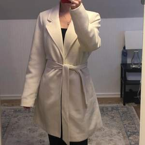 Aldrig använd, säljes pga för stor storlek, kappan säljs inte längre i affärer så passa på att köpa!
