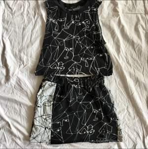 Matchande set från Monki, bägge i storlek S. Något urtvättad men väldigt snyggt ändå. Snygg t-shirt linne topp i cropped modell tillsammans med en kort kjol med vit kontrast panel vid sidorna.