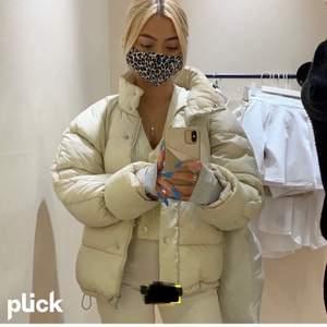 Säljer denna fina beige jacka som bara är använd förra vintern. Slutsåld i denna storlek. BILDEN ÄR LÅNAD. Andra bilden är min egen, kontakta för fler bilder. Frakt kostar 66kr