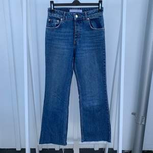 Blåa supersnygga jeans i en kortare och rak modell. Använda men i väldigt fint skick. Är i storlek 34-36 men saknar stretch så skulle säga att det är mer av en 34:a. Nypris: 599kr