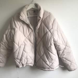 Mycket skön Beige Puffer Jacket från H&M i nyskick! Storlek M. Säljer då jag redan har en i princip likadan. FRAKT INGÅR I PRISET