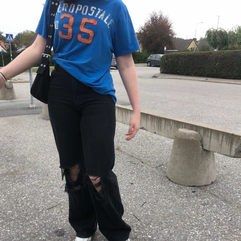 Assnygga wide leg jeans den Behrska i storlek 38! Jeansen är använda och har två hål på insidan av jeansens midja, men ingenting som syns utåt. (kontakta mig för bilder) Köpta för 400kr💕. Jeans & Byxor.