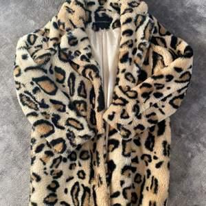 Söker denna fina leopard pälsjacka då den inte kommer till användning!💕