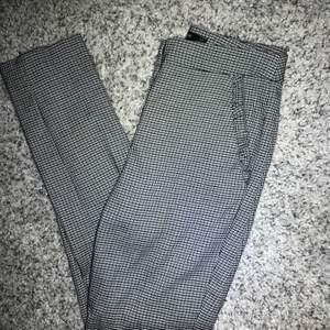 Kostymbyxor från Zara Små detaljer på fickorna framtill samt en falsk bakfickan Använda några gånger och säljs då de är för små