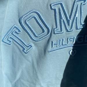 Oversized Nike inspirerad sweatshirt från Tommy hilfiger. Aldrig använd, köpt från boozt för 5 månader sedan,  Pris kan diskuteras högsta budet: 275kr + 75k i frakt