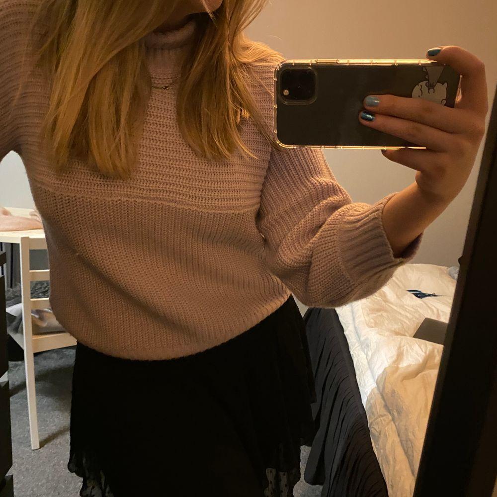 Stickad lila tröja från Monki. Säljer för 80kr + frakt😊. Stickat.