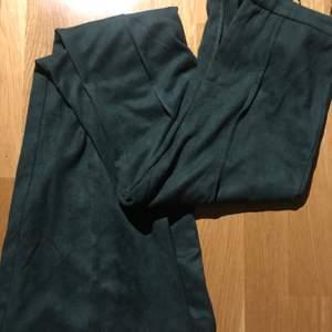 Så snygga gröna fakemocka byxor. Sitter så snyggt på S, men var tyvärr för stora för mig. 100 kr