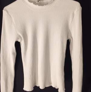 En jätte fin vit tröja, storlek M men passar mig som har xs/s. Pris kan diskuteras