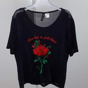 T-shirt i meshmaterial med broderi, från H&M (divided by HM). Aldrig använd, strl XS. Pris: 40 kr (priset kan såklart diskuteras)  #meshtopp #mesh #broderi #svarttshirt #tshirt #dividedbyhm  OBS: köparen står för fraktavgiften och köparen bestämmer själv om paketet ska vara spårbart eller icke spårbart.