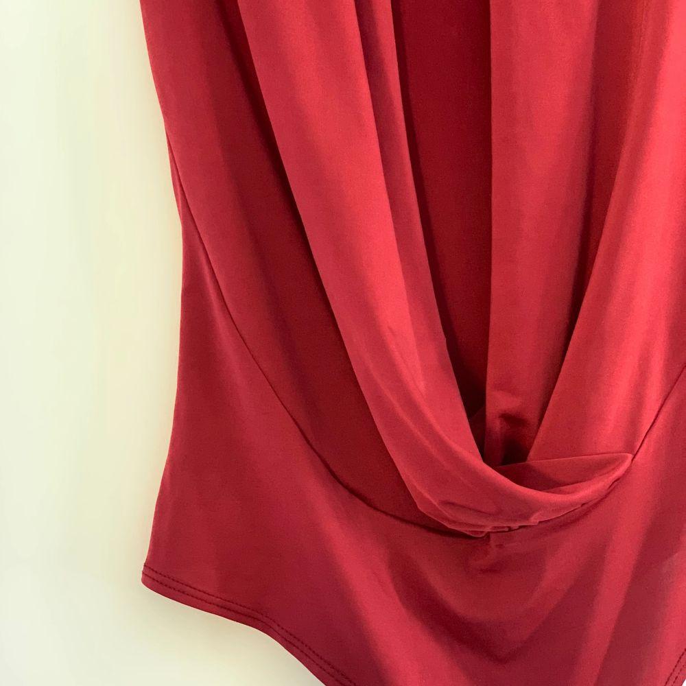 Röd omlottbody ifrån NLY One. Strl S. Knappt använd och i fint skick. Glansigt material. Pris 90kr eller högst bud + frakt ❤️. Toppar.
