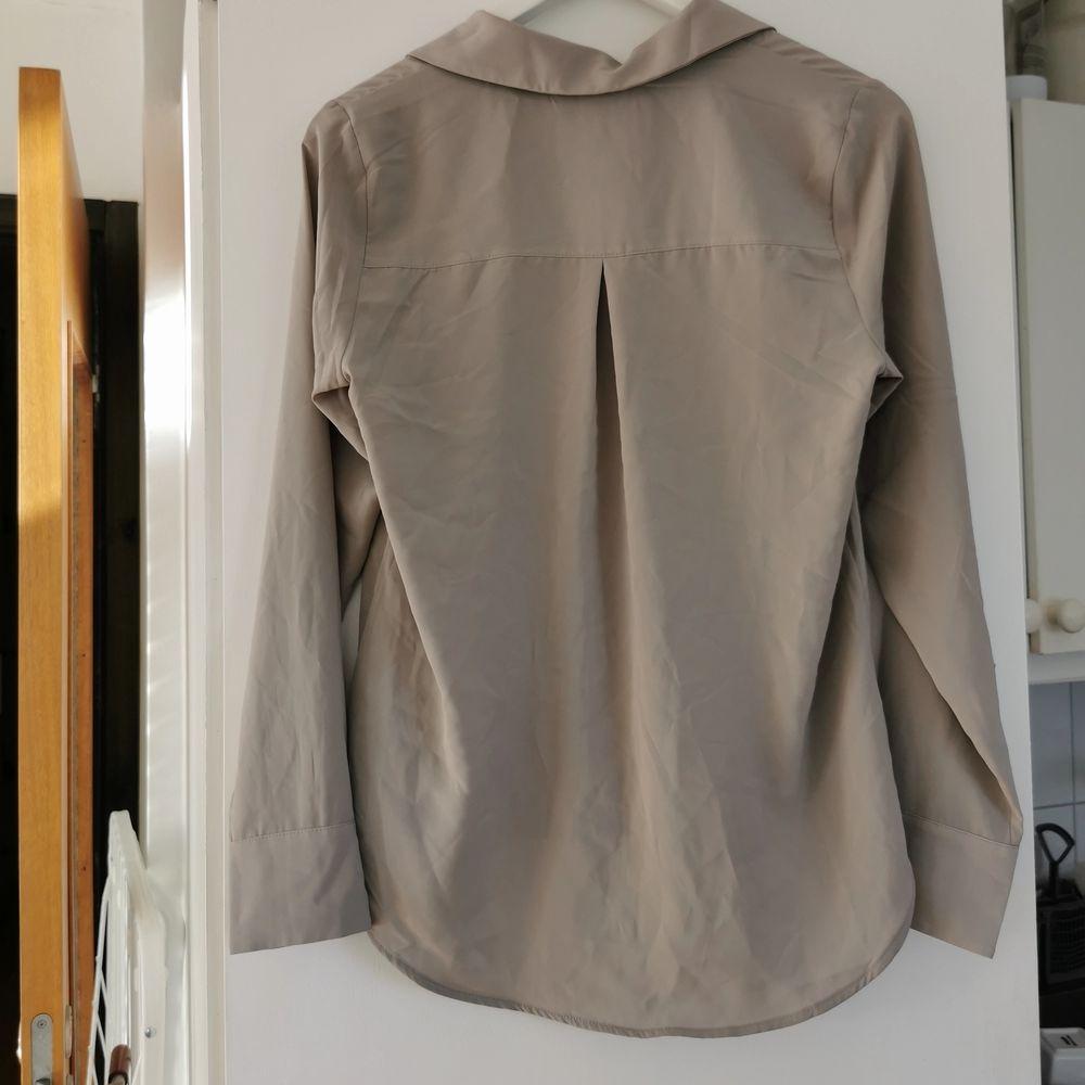 Oanvänd fin beige skjorta/blus från hm, strl 34, frakt ingår i priset 🌺. Skjortor.