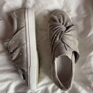 Jättesöta skor som är ljusgråa med små pärlor på. De är från Privé shoe collection i storlek 38. De är endast använda ett fåtal gånger och är i mycket fint skick. Så fina men säljer för att de nu har blivit för små.