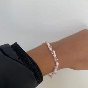 Säljer detta fina armband med rosa och vita färger!!💕💕💕 stenarna är alla från bra märke o kvalite💕💕💖💖 inte använd. Frakt ligger på 12kr, finns även matchande ring till om någon skulle vara intresserad💕☀️💖 helt perfekta till våren och sommaren med fina blommor🌸🌸🌸 hör av er vid frågor såklart!!!💕🤩🤩 passar mig som är Xs/S! Hör av er vid behov av andra STORLEKAR