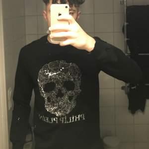Säljer nu min Philip Plein tröja då det ej är min stil längre. Tröjan är i storlek s och är Unisex.