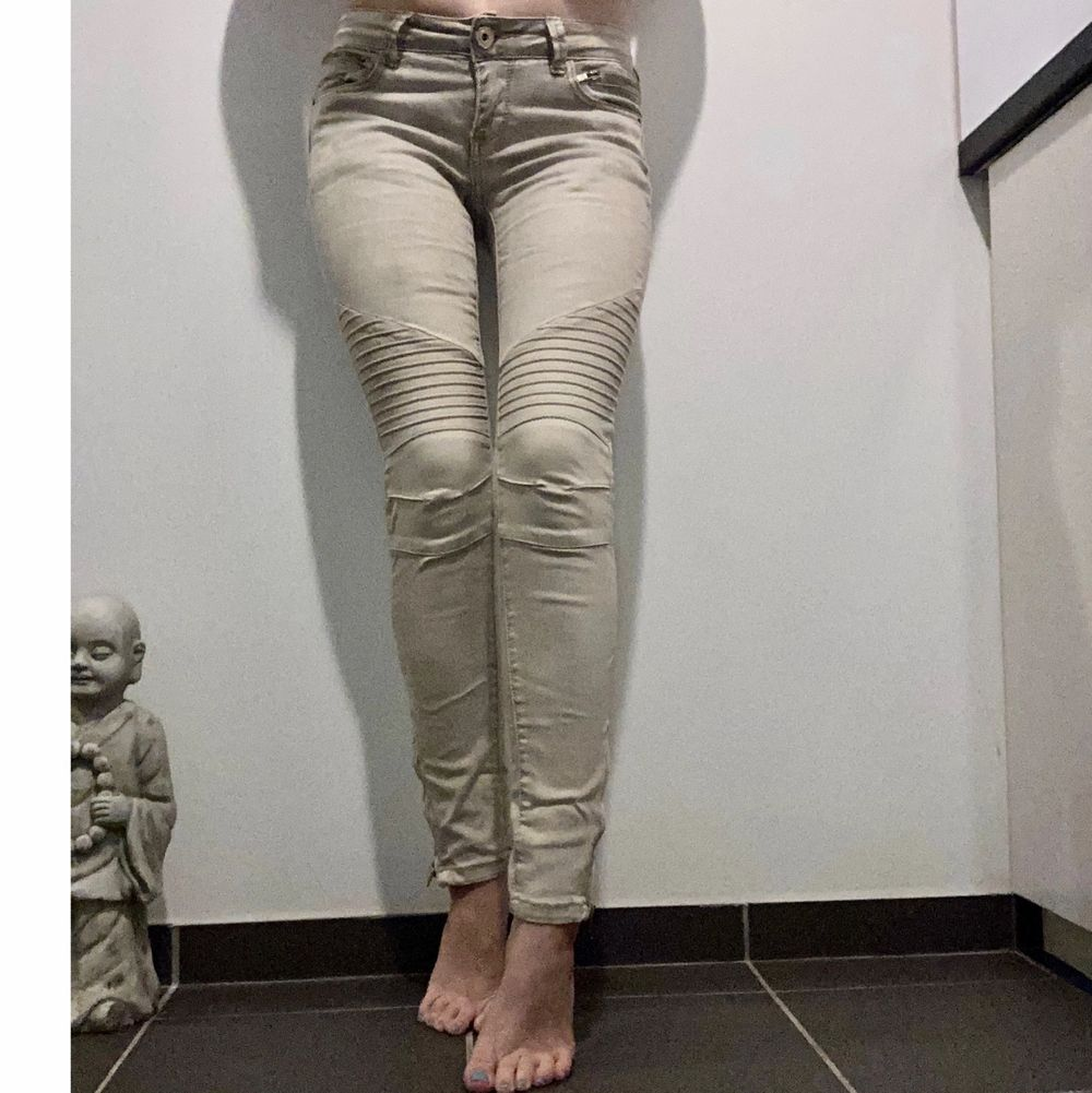 Jeans i färge beige. Köparen står för frakten eller möts i Halmstad . Jeans & Byxor.