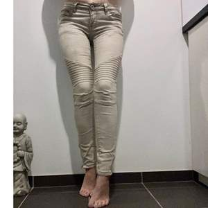 Jeans i färge beige. Köparen står för frakten eller möts i Halmstad