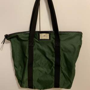 En stor, mörkgrön dayväska, knappt använd