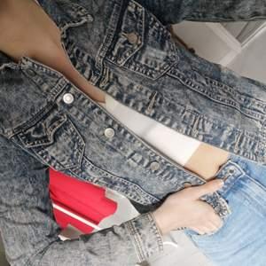 Säljer denna jeansjackan från primark. Storlek S. Fint skick! 💕