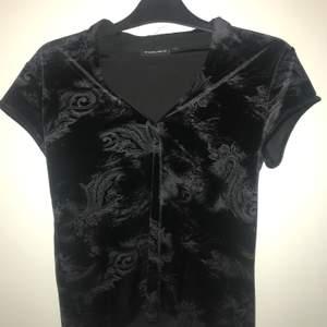 Säljer min fina tröja då jag inte får användning av den. Materialet är i sammet och den är väldigt bekväm.