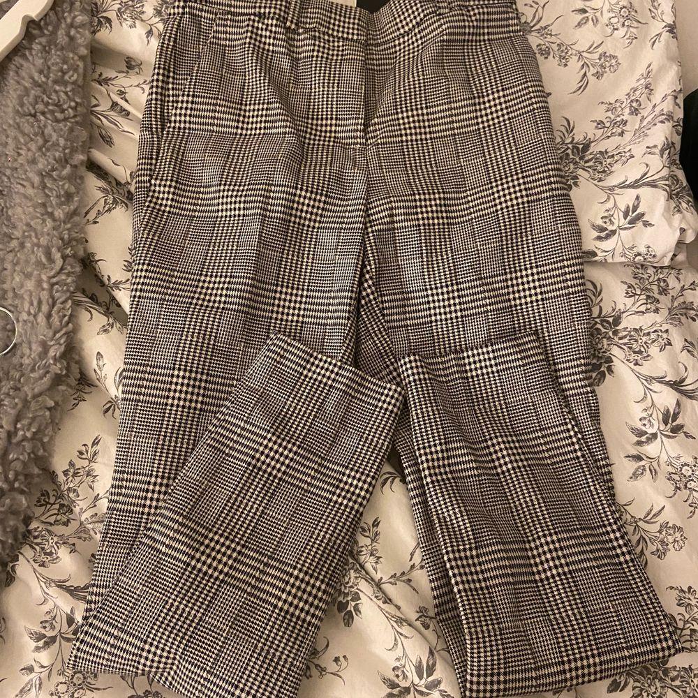 Säljer dessa jättesnygga kostymbyxor för dom är försmå för mig.. Jeans & Byxor.