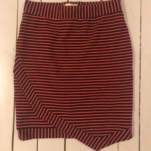 En orange-röd & marinblå randig tajt kjol i storlek S ❤️ den är köpt second hand men är från HOLLY& WHYTE . Säljer då den är lite för tajt på mig 😊 40 + 28 kr i frakt