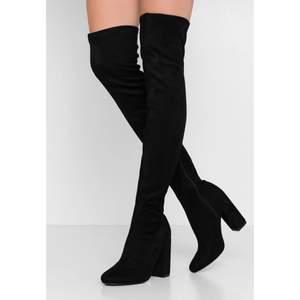 """""""Over the knee"""" boots från Nelly med klack 💕 Storlek 37, använda 2-3ggr. Ligger ute på Zalando för 599kr men jag säljer mina för 200 exkl frakt. Pris går dock att diskuteras :)"""