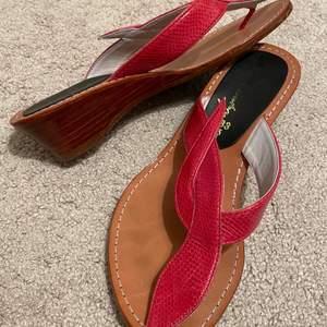 """Säljer ett par röda """"klackar/sandaler"""". Dom är tyvärr för små för mig. Skulle säga att dom passar bra till 38/39!! Skriv för fler frågor eller bilder🥰🥰"""
