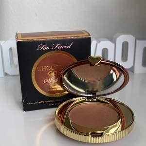 Bronzer ifrån too faced i färgen luminous. Köpt i usa men har aldrig kommit till användning (helt ny men förpackningen är lite trasig) 50kr +12kr frakt 🤎