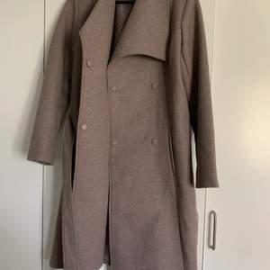 Säljer denna fina bruna kappan. Köpte den för typ 1 månad sen men den har inte kommit till användning. Tjockt material så den är lagom varm och har snöre till o knyta. Köparen står för frakt
