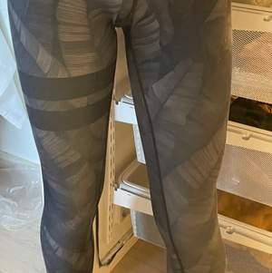 Väldigt fina stronger tights som är gråa/svarta med blad på.Storlek XS, ifall det hjälper att förstå storleken så är jag 166cm lång och väger 50kg. Köpte för 799 och säljer för 280 + 66kr frakt 💕