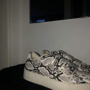 Svin snygga skor som typ aldrig är använda, passar också mig som är en 38😜